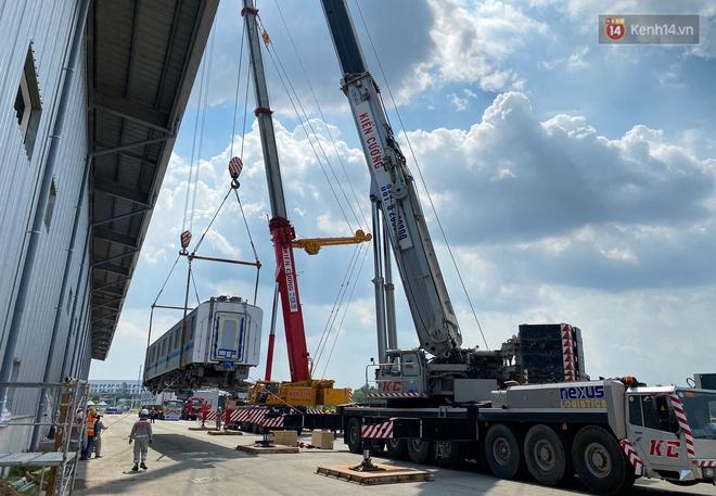 TP.HCM: Toàn cảnh lắp ráp đoàn tàu Metro số 1 nặng 37 tấn vào đường ray, sẵn sàng chạy thử - ảnh 4