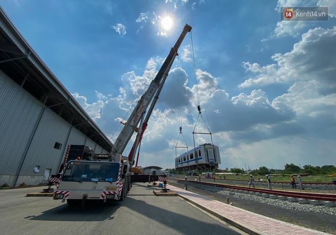 TP.HCM: Toàn cảnh lắp ráp đoàn tàu Metro số 1 nặng 37 tấn vào đường ray, sẵn sàng chạy thử - ảnh 8