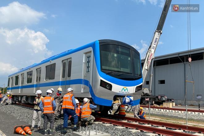 TP.HCM: Toàn cảnh lắp ráp đoàn tàu Metro số 1 nặng 37 tấn vào đường ray, sẵn sàng chạy thử - ảnh 13