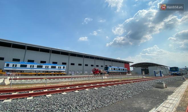 TP.HCM: Toàn cảnh lắp ráp đoàn tàu Metro số 1 nặng 37 tấn vào đường ray, sẵn sàng chạy thử - ảnh 14