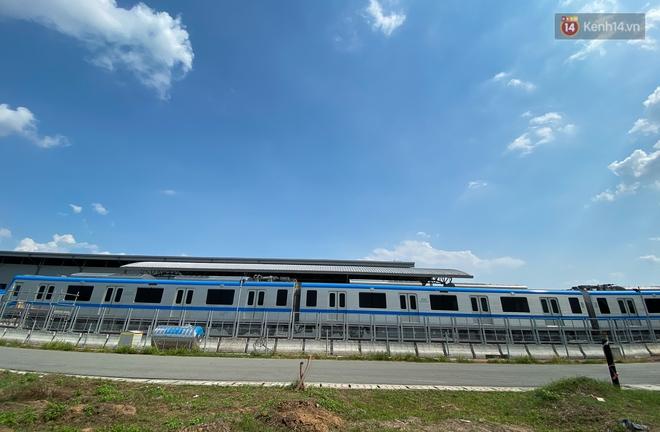 TP.HCM: Toàn cảnh lắp ráp đoàn tàu Metro số 1 nặng 37 tấn vào đường ray, sẵn sàng chạy thử - ảnh 17