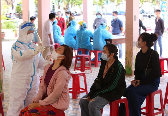 Nữ công nhân dương tính SARS-CoV-2 chưa rõ nguồn lây từng đi tắm biển đông người ở Đà Nẵng - ảnh 1