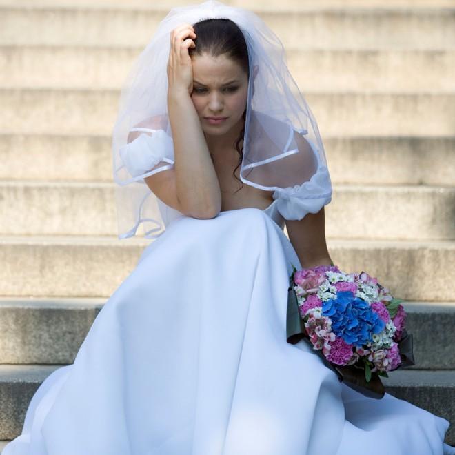 Cô gái lạ mặt mặc váy trắng tới dự đám cưới liên tục tiếp cận chú rể, 2 năm sau cô dâu mới phát hiện sự thật đau lòng khiến ai nấy ngỡ ngàng - ảnh 2