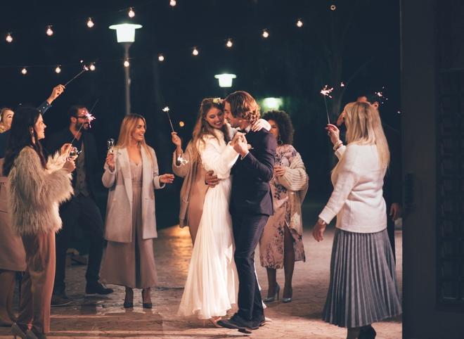 Cô gái lạ mặt mặc váy trắng tới dự đám cưới liên tục tiếp cận chú rể, 2 năm sau cô dâu mới phát hiện sự thật đau lòng khiến ai nấy ngỡ ngàng - ảnh 1