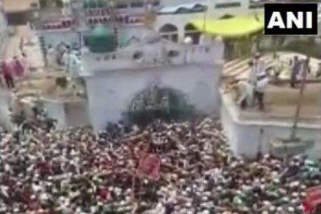 Hình ảnh gây bàng hoàng ở Ấn Độ: Mặc Covid-19 cướp đi hàng vạn sinh mạng, biển người vẫn đến đưa tang một giáo sĩ - ảnh 1