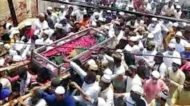 Hình ảnh gây bàng hoàng ở Ấn Độ: Mặc Covid-19 cướp đi hàng vạn sinh mạng, biển người vẫn đến đưa tang một giáo sĩ - ảnh 2