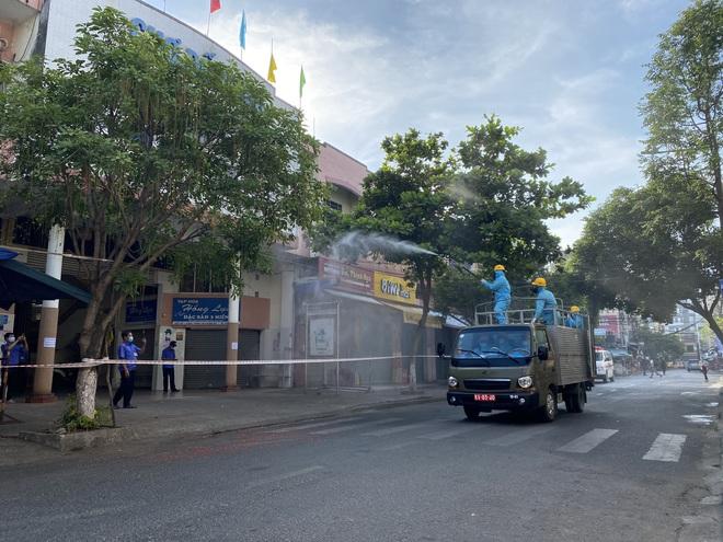 Nữ công nhân dương tính SARS-CoV-2 chưa rõ nguồn lây từng đi tắm biển đông người ở Đà Nẵng - ảnh 3