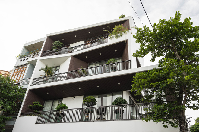 căn nhà 4 tầng nổi bật ở cuối ngõ, thiết kế táo bạo với ban công hình phễu - ảnh 3.