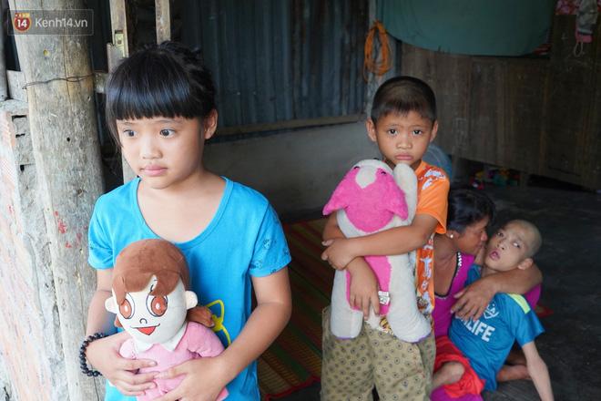 """3 đứa trẻ bệnh tật, đói ăn trong căn chòi rách nát: """"Mấy bạn nói nhà con nghèo, có anh trai bại não nên không được chơi chung"""" - Ảnh 1."""