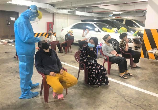 Nhân viên y tế lấy mẫu xét nghiệm Covid-19 cho các nhân viên làm việc tại bar New Phương Đông