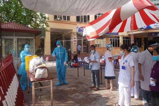 Dịch Covid-19 ngày 13/5: Hà Nội thêm 2 ca dương tính; TP.HCM xét nghiệm khẩn cấp tất cả các bệnh viện trong đêm - Ảnh 1.
