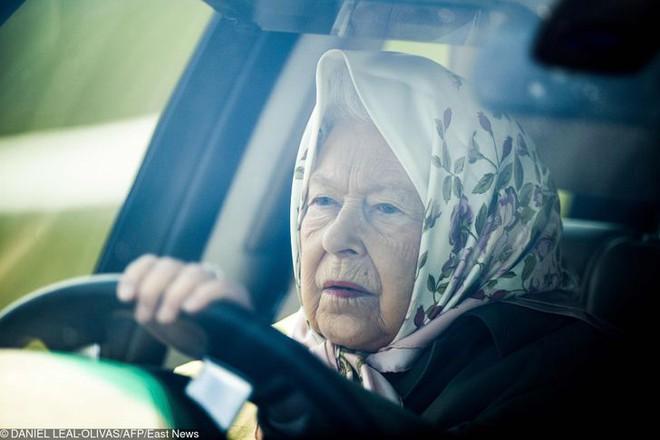 9 điều Nữ hoàng Anh Elizabeth II tuyệt đối không bao giờ làm: Vậy mới thấy Hoàng gia Anh nghiêm khắc đến mức nào - ảnh 3