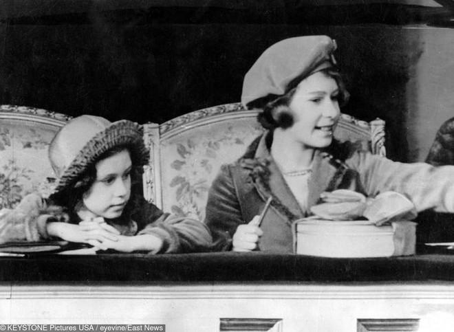 9 điều Nữ hoàng Anh Elizabeth II tuyệt đối không bao giờ làm: Vậy mới thấy Hoàng gia Anh nghiêm khắc đến mức nào - ảnh 5