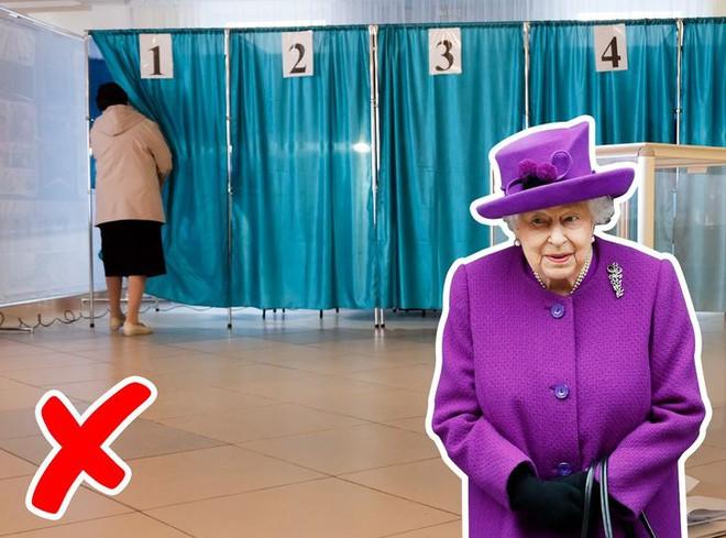 9 điều Nữ hoàng Anh Elizabeth II tuyệt đối không bao giờ làm: Vậy mới thấy Hoàng gia Anh nghiêm khắc đến mức nào - ảnh 6