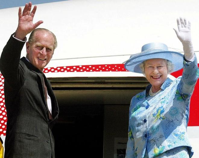 9 điều Nữ hoàng Anh Elizabeth II tuyệt đối không bao giờ làm: Vậy mới thấy Hoàng gia Anh nghiêm khắc đến mức nào - ảnh 7