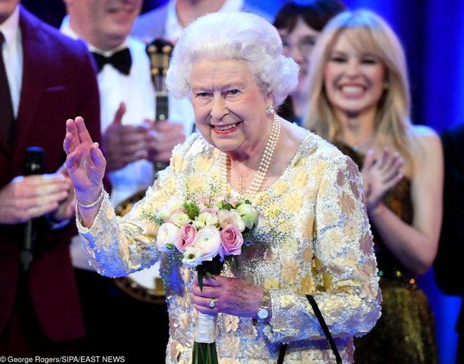 9 điều Nữ hoàng Anh Elizabeth II tuyệt đối không bao giờ làm: Vậy mới thấy Hoàng gia Anh nghiêm khắc đến mức nào - ảnh 9