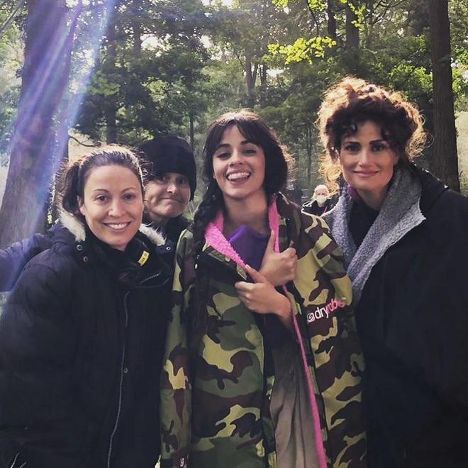 Ngất ngây nhan sắc Camila Cabello hóa Lọ Lem trong phim mới, quấn quýt trai lạ thế này Shawn Mendes có ghen không? - Ảnh 4.