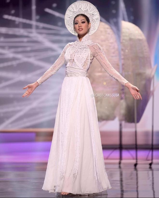 Đêm thi quốc phục Miss Universe: Khánh Vân lộ diện cực thần thái với cú xoay catwalk gây sốt, nhiều nàng hậu gặp sự cố sân khấu - Ảnh 8.