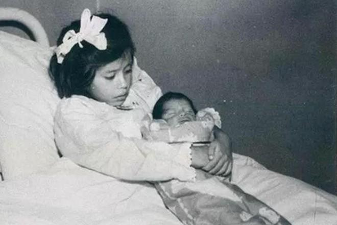 Chuyện kỳ lạ về bà mẹ trẻ nhất thế giới: Bé gái mang thai khi mới 5 tuổi rồi làm chị gái của con và bí mật giấu kín về cha ruột đứa trẻ - ảnh 3