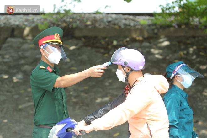 Ảnh: Bắc Giang lập chốt phong toả huyện Việt Yên sau khi phát hiện ổ dịch Công ty Hosiden, hàng chục nghìn người bị cách ly - ảnh 16