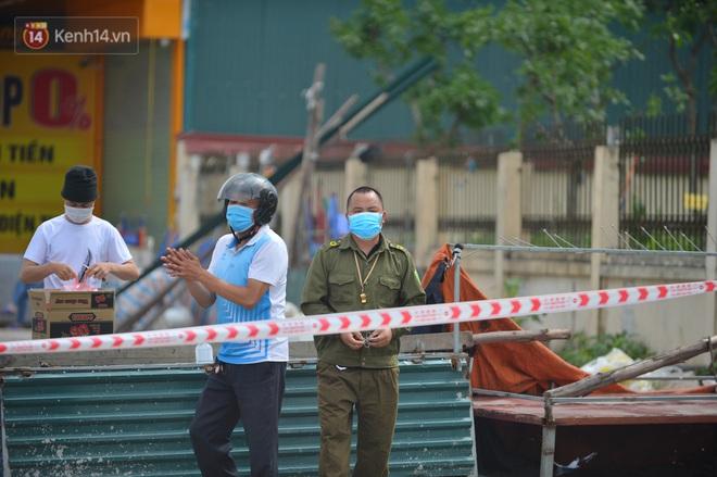 Ảnh: Bắc Giang lập chốt phong toả huyện Việt Yên sau khi phát hiện ổ dịch Công ty Hosiden, hàng chục nghìn người bị cách ly - ảnh 4