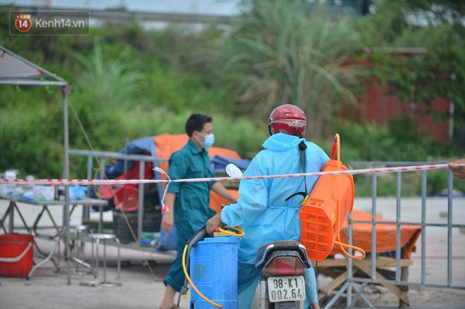 Ảnh: Bắc Giang lập chốt phong toả huyện Việt Yên sau khi phát hiện ổ dịch Công ty Hosiden, hàng chục nghìn người bị cách ly - ảnh 9