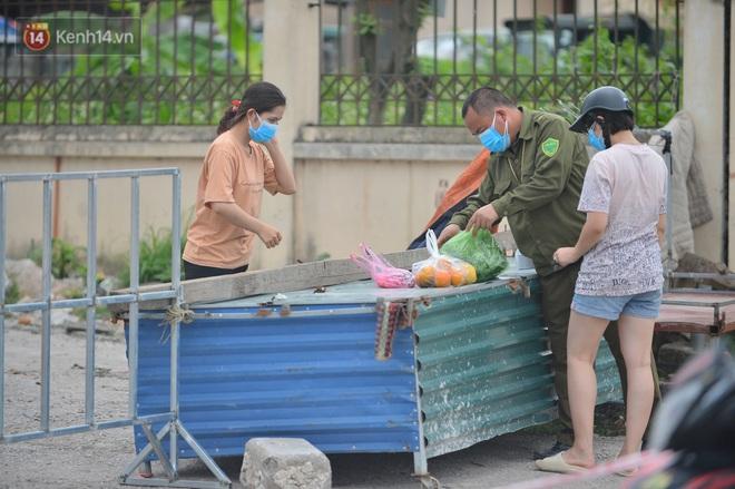 Ảnh: Bắc Giang lập chốt phong toả huyện Việt Yên sau khi phát hiện ổ dịch Công ty Hosiden, hàng chục nghìn người bị cách ly - ảnh 8