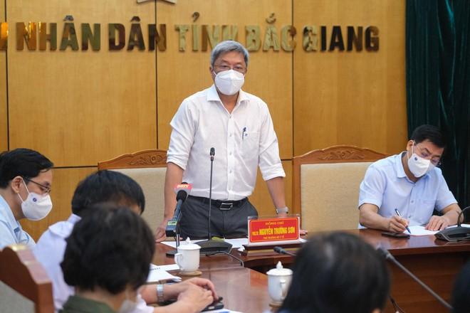 Hàng trăm công nhân mắc COVID-19, Bộ Y tế họp khẩn trong đêm với tỉnh Bắc Giang - ảnh 2