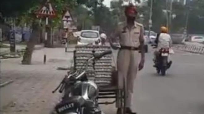 Clip: Cảnh sát trưởng Ấn Độ ăn trộm trứng gà giữa phố - ảnh 2