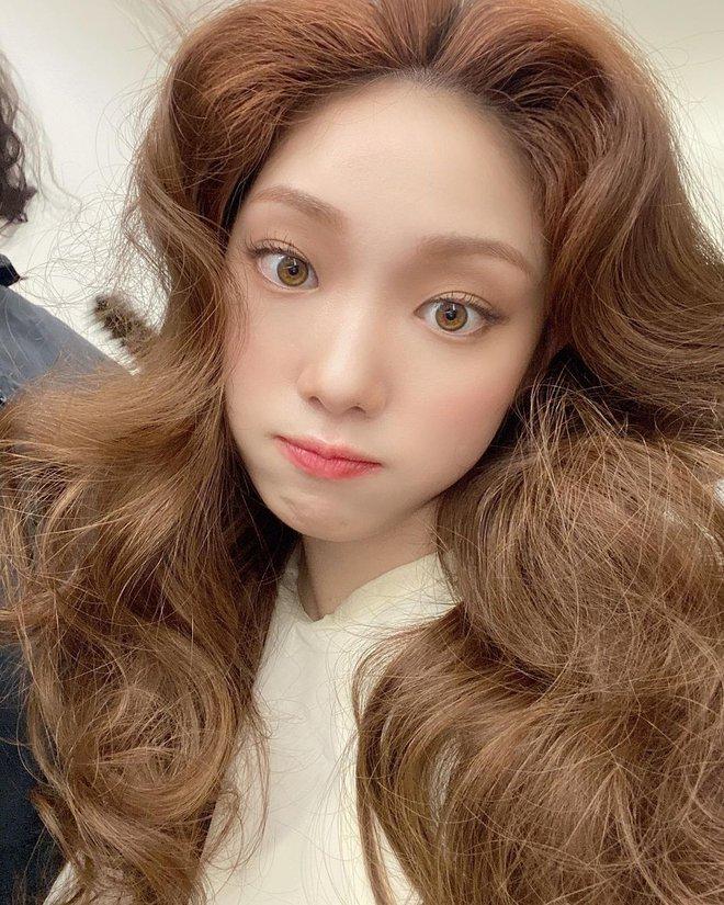 Ngắm Lee Sung Kyung cân trọn mọi kiểu tóc và màu nhuộm, chị em cũng tia được cho mình vài kiểu đi chơi hè đấy - ảnh 4