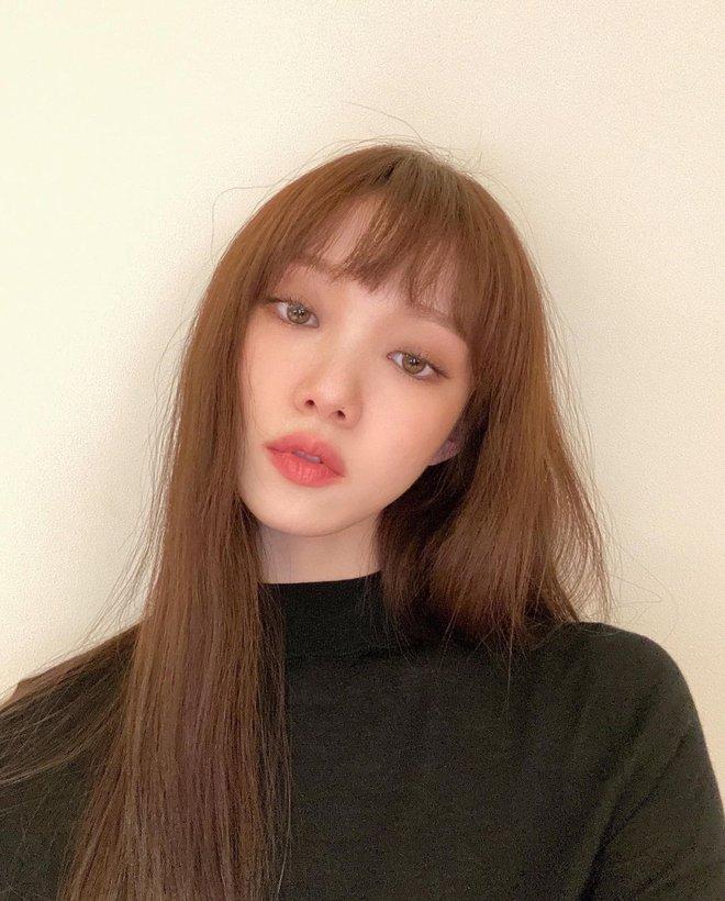 Ngắm Lee Sung Kyung cân trọn mọi kiểu tóc và màu nhuộm, chị em cũng tia được cho mình vài kiểu đi chơi hè đấy - ảnh 10