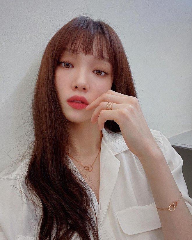 Ngắm Lee Sung Kyung cân trọn mọi kiểu tóc và màu nhuộm, chị em cũng tia được cho mình vài kiểu đi chơi hè đấy - ảnh 12