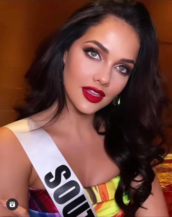 Quá nhiều Miss Chuồng Gà ở Miss Universe 2020: Đẹp mê người mà phải đứng... vỗ tay cho Khánh Vân thật uổng quá đi! - ảnh 7