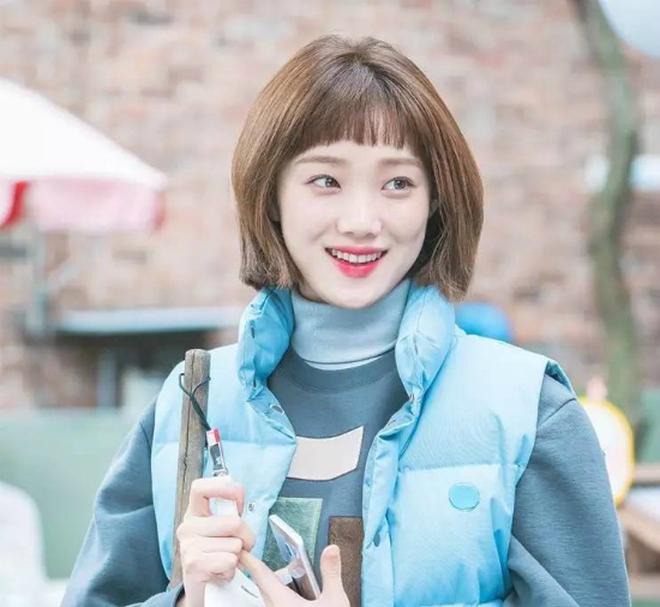 Ngắm Lee Sung Kyung cân trọn mọi kiểu tóc và màu nhuộm, chị em cũng tia được cho mình vài kiểu đi chơi hè đấy - ảnh 1