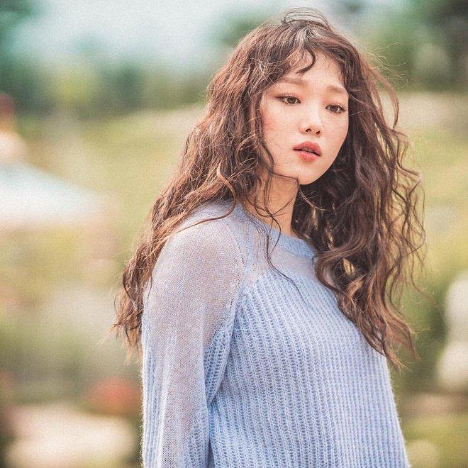 Ngắm Lee Sung Kyung cân trọn mọi kiểu tóc và màu nhuộm, chị em cũng tia được cho mình vài kiểu đi chơi hè đấy - ảnh 3