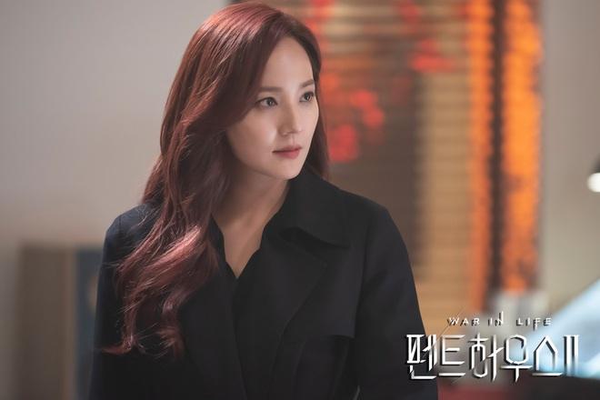 Ju Dan Tae mặc áo blouse dính máu trong Penthouse 3, dượng lại vừa xiên ai nữa rồi? - ảnh 3