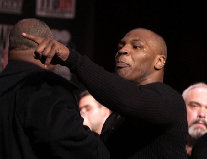 Câu chuyện đằng sau giây phút Mike Tyson bỗng hóa điên, cắn tím đùi nhà vô địch thế giới - ảnh 1