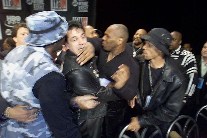 Câu chuyện đằng sau giây phút Mike Tyson bỗng hóa điên, cắn tím đùi nhà vô địch thế giới - ảnh 2