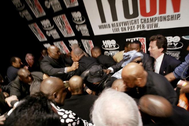 Câu chuyện đằng sau giây phút Mike Tyson bỗng hóa điên, cắn tím đùi nhà vô địch thế giới - ảnh 3