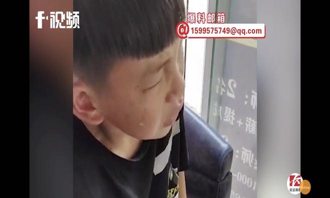 Clip: Bị cắt tóc xấu, chú nhóc 10 tuổi òa khóc rồi gọi điện báo công an - Ảnh 2.
