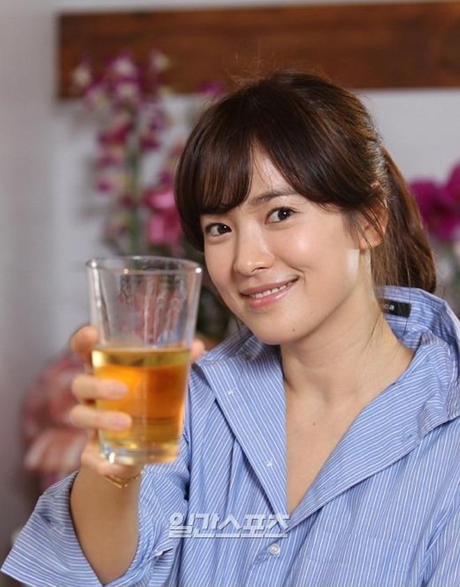 Song Hye Kyo mê diện sơ mi kiểu hờ hững lả lơi: Lên hình thì đẹp nhưng ở ngoài đời có như mơ? - ảnh 5