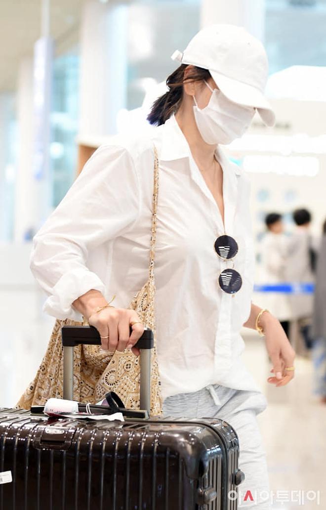Song Hye Kyo mê diện sơ mi kiểu hờ hững lả lơi: Lên hình thì đẹp nhưng ở ngoài đời có như mơ? - ảnh 9