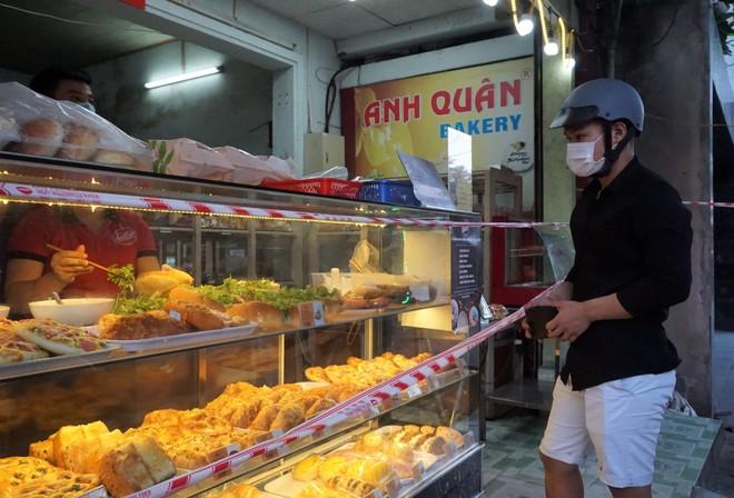 Quán xá đìu hiu, tài xế, shipper ở Đà Nẵng buồn bã vì thất nghiệp: Mong dịch sớm được kiểm soát để tôi còn đi làm nuôi vợ con - ảnh 9