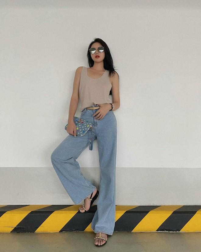"""Hoa hậu Kỳ Duyên có 1 kiểu quần jeans diện 3721 lần vì """"hack"""" dáng đỉnh, đã thế còn cực dễ mix đồ Hè này - Ảnh 1."""