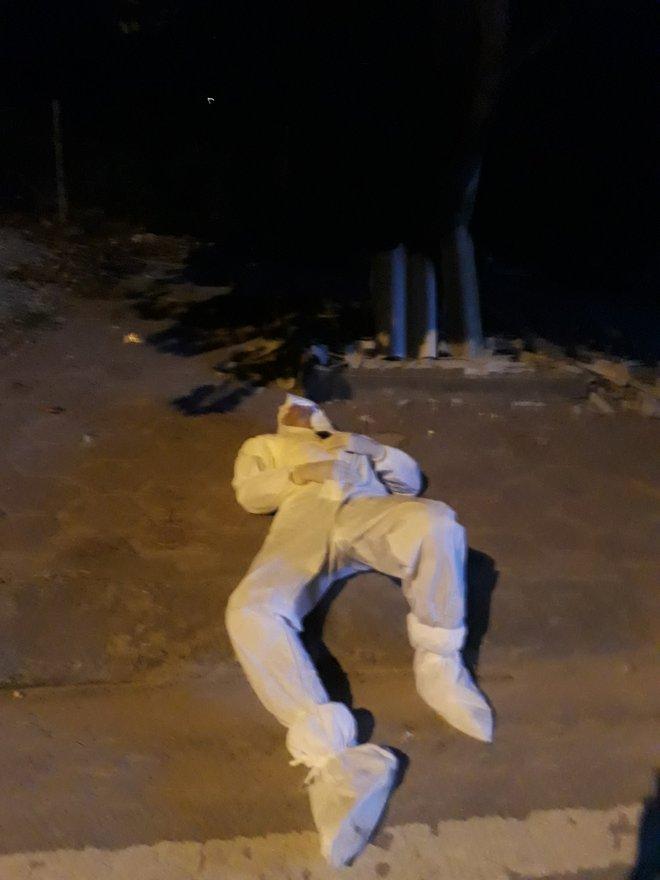 Xúc động hình ảnh những bác sĩ tuyến đầu chống dịch áo mũ kín mít, tranh thủ nằm nghỉ bên vệ đường - Ảnh 2.