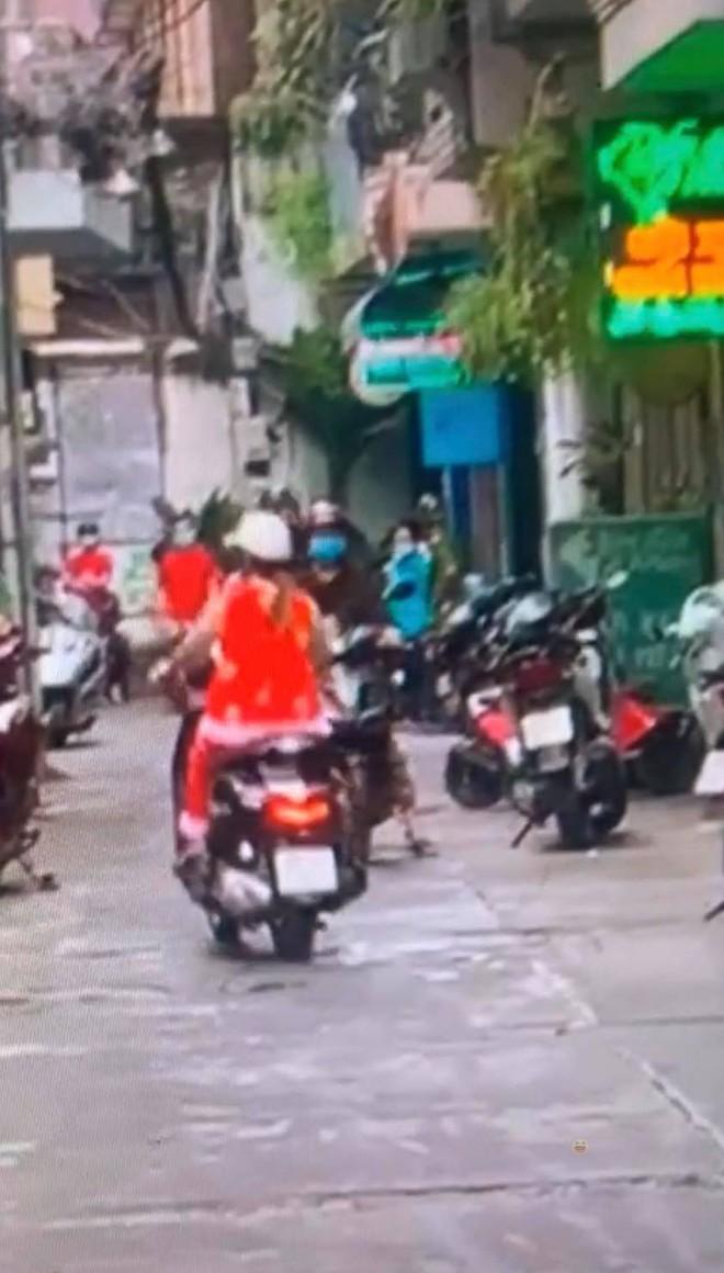 """Trang Trần livestream hẹn gặp đối chất trực tiếp """"cậu IT"""" team bà Phương Hằng: """"Nếu không làm gì sai thì lý do gì phải sợ, chị ngồi đây chờ từ chiều"""" - Ảnh 2."""