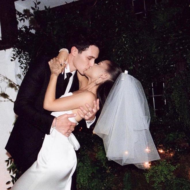 """Hình ảnh đẹp nhất hôm nay: Ariana Grande, 1 chiếc váy cưới dung dị và 1 """"happy ending"""" đẹp lòng người - Ảnh 7."""