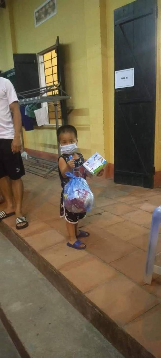 Em bé 3 tuổi ở Bắc Giang được rời khu cách ly tập trung về nhà - Ảnh 2.