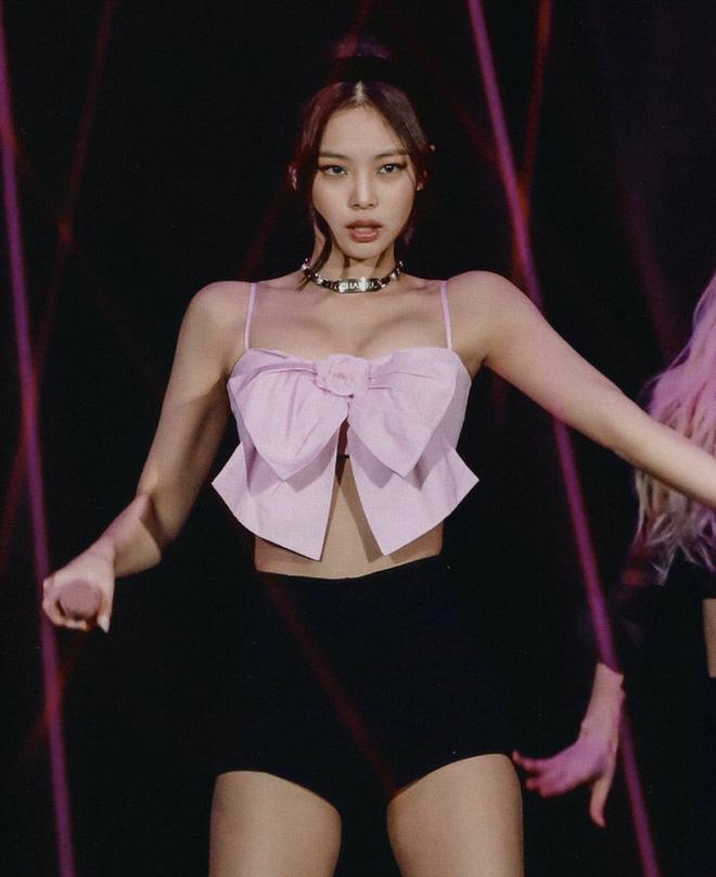 """Nổi da gà vì visual và thần thái của Jennie (BLACKPINK) trong ảnh hậu trường chụp bừa, nhưng vòng 1 sao """"mất hút"""" thế này? - Ảnh 9."""