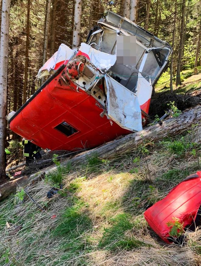 Tiết lộ nguyên nhân dẫn đến tai nạn cáp treo khiến 14 người chết ở Italy: 3 nghi phạm bị bắt giữ, hình ảnh cuối cùng chụp trong cabin gây nhói lòng - Ảnh 7.